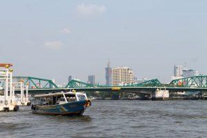 Express-Boote in Bangkok auf dem Chao Phraya Fluss