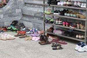 Vor dem Tempel in Thailand Schuhe ausziehen
