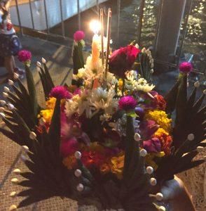 Krathong mit vielen Blumen